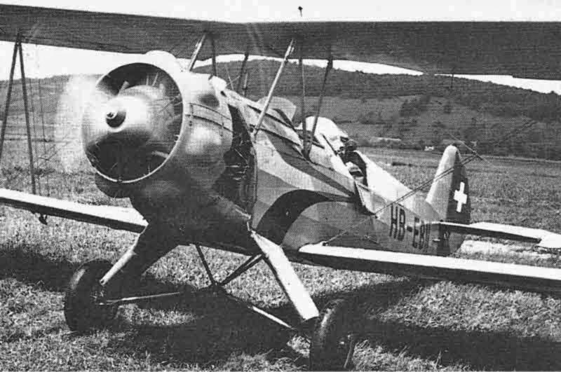Die nunmehrige HB-EBN kurz nach der Ablieferung an die Fliegerschule Birrfeld. Der vordere Sitz des noch in den Militärfarben gehaltenen Doppeldeckers ist noch nicht ausgebaut, doch ist bereits eine von einer Bücker Jungmeister übernommene Motorhaube montiert. (436_2)