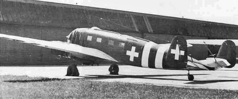 Für den Überführungsflug nach Dübendorf erhielt die Siebel den auffälligen Neutralitätsanstrich, der am 16. September 1944 bei der Fliegertruppe eingeführt worden ist. (440_2)