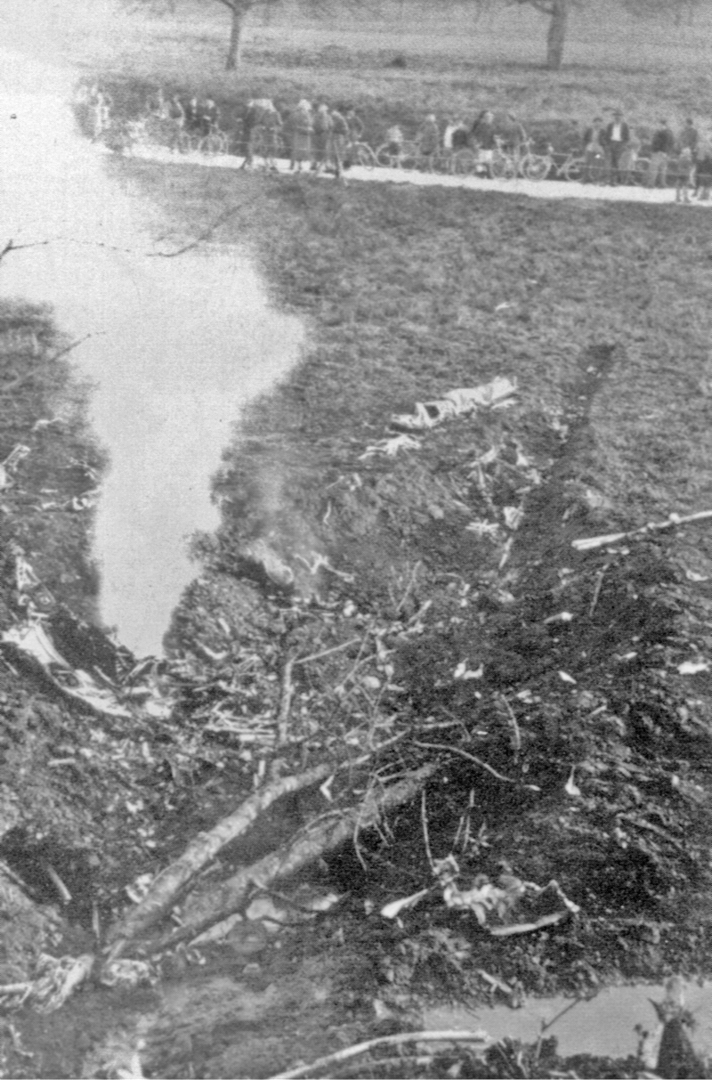 Die Absturzstelle im Grund am folgenden Morgen des 15. April 1943. Die Wucht des Aufpralls hatte die Maschine in kleinste Stücke zerrissen. (82_1)