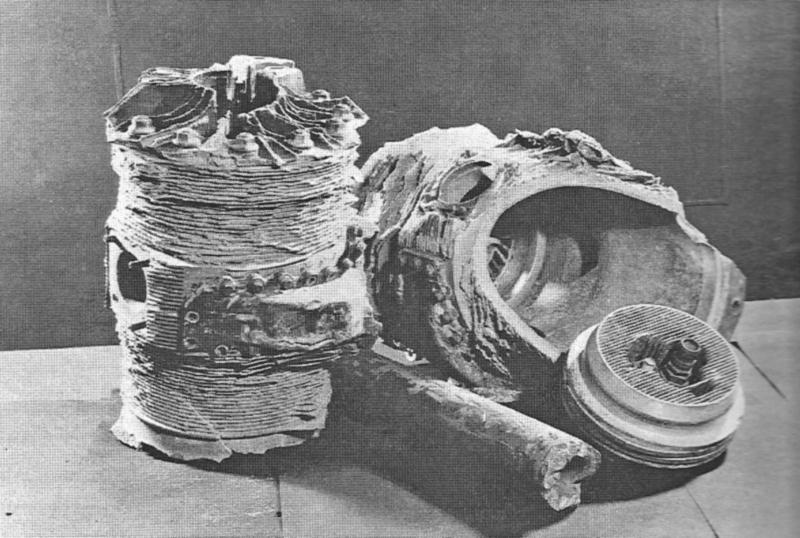 Überreste der HE-374. Zwei Motorzylinder, ein Kolbenteil und ein Rohr des Fahrgestells. Alle Teile wurden über 100 Meter von der Absturzstelle entfernt gefunden. (84_1)