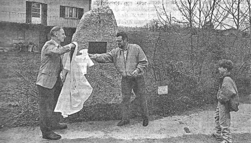Der Birmenstorfer Gedenkstein wird enthüllt. Links Max Rudolf, rechts Leo Imboden. (88_1)