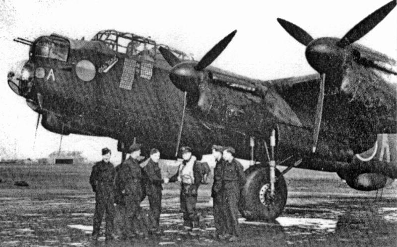 Eine Lancaster der No. 100 Squadron in Grimsby. Unter dem Rumpf ist die Verkleidung des H2S Radargerätes sichtbar. (104_1)