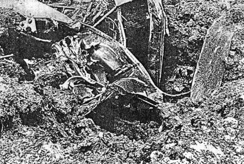Tief haben sich die Teile der Lancaster in den Boden gegraben. (112_1)
