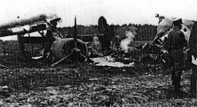 Die modernden Trümmer der Liberator, kurz nachdem die Luftschutzorganisation von Wil den Brand gelöscht hatte. Im Bild das wegen Öldruckverlustes stillgelegte Triebwerk 3 mit den auf Segelstellung gebrachten Propellerblättern. (123_1)