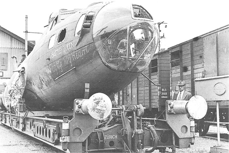 """Die """"Battle Queen"""" wurde auf einem Tiefladewagen der SBB nach Dübendorf gefahren. (210_1)"""