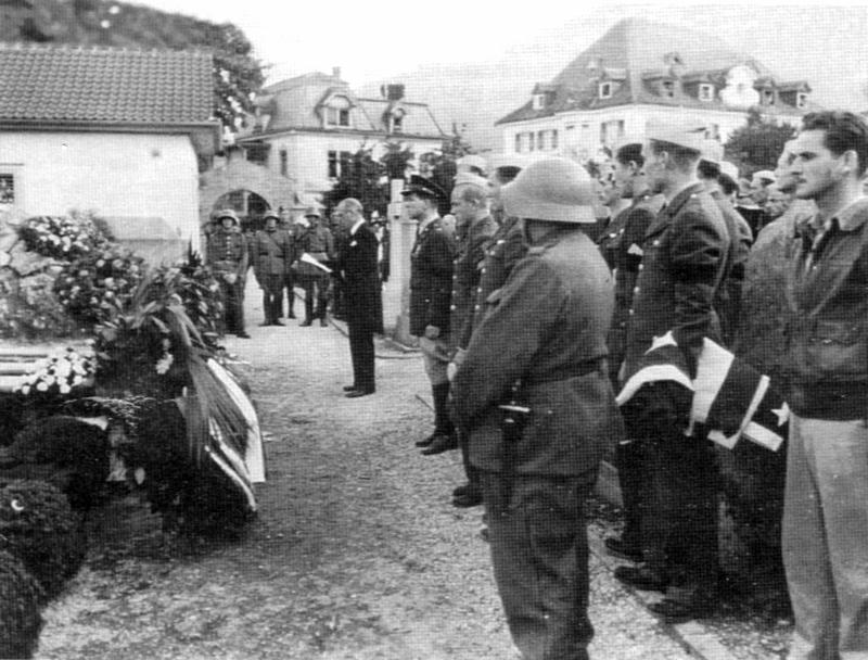 Beisetzung der Opfer am 5. Oktober 1943 in Bad Ragaz. Rechts aussen in der Fliegerjacke Bill Cantwell, der Pilot der Rangy Lil. (226_2)