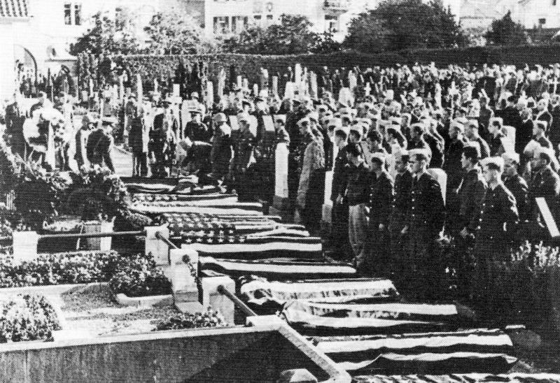 Am 5. Oktober 1943 wurden unter grosser Anteilnahme 14 amerikanische Soldaten zu Grabe getragen. Jeder Sarg war mit einer amerikanischen Flagge zugedeckt. (229_2)