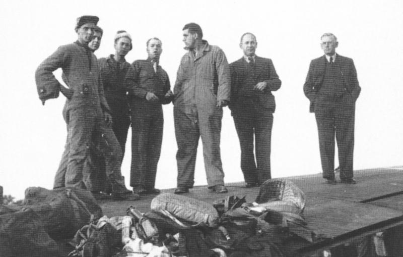 Die von den tragischen Ereignissen gezeichneten Besatzungsmitglieder zusammen mit ihren Schweizer Betreuern (von links nach rechts): Baus, Segal, Cinibulk, Dienhart, Zullo, Arzt Dr. Huber, und Dolmetscher Maissen. (231_1)