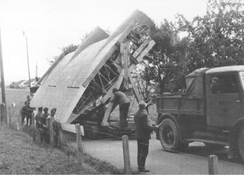 Auf einem Tieflader der SBB wird der Flügel nach Dübendorf transportiert. (232_2)