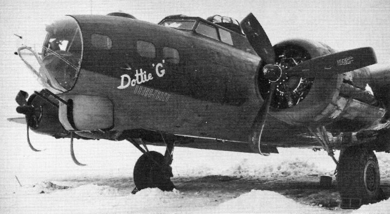 Nachdem die B-17 wieder auf ihr Fahrwerk gestellt worden ist, erinnern nur noch die abgebogenen Propellerblätter an die Bauchlandung. (234_2)