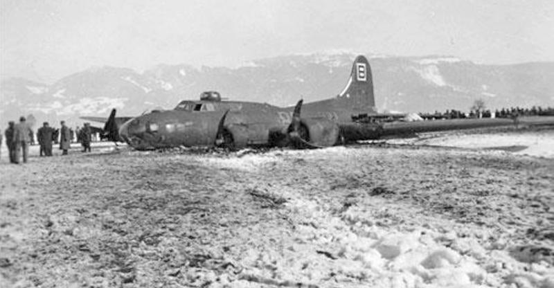 Die alte B-17 landete wie auf Skiern. (238_3)