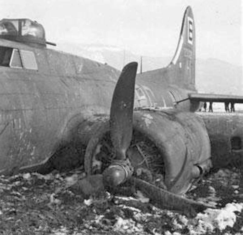 Die B-17 hatte sich buchstäblich in die Erde eingegraben. (239_2)