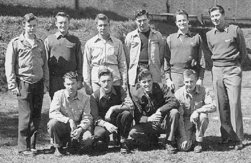Die Crew war in Adelboden interniert, stehend von links: Pilot - 1st Lt George W. Mears, Copilot - 1st Lt Russell E. Ward, Left Waist - S/Sgt Earl R. Echstenkamper, Engineer - T/Sgt Samuel R. Simms, Bombardier - 1st Lt Richard L. Davis, Navigator - 1st Lt James D. Mahaffey, kniend von links: Ball Turret - S/Sgt Caleb B. Hurst, Tail Gunner - Sgt Frank L. Selover, Right Waist - S/Sgt John B. Lucas, Jr., Radio - T/Sgt Richard D. Hobt (242_2)