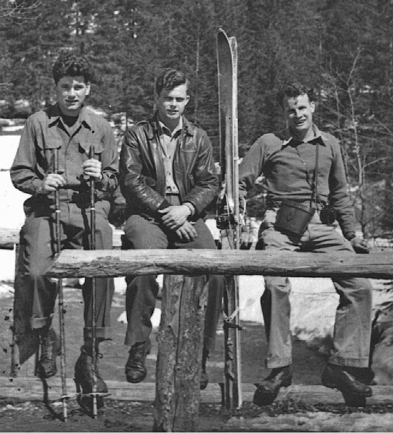 Lt Hennessy, Lt Mears und Lt Davis beim Skifahren. Eine Abwechslung im eher eintönigen Interniertenalltag. (242_3)
