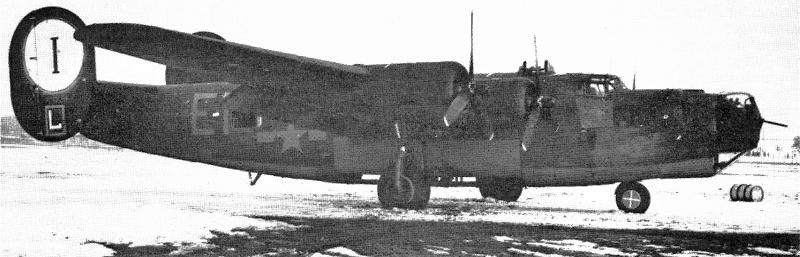 Mit der B24 J-85-CO suchte der kommandierend Pilot Capt Jack P. Edwards Zuflucht in Dübendorf. Die Fliegertruppe zählte mehr als 100 Einschüsse durch die deutsche Flab. Der Schütze Sgt Robert Miltner erlag in der gleichen Nacht seinen Verletzungen. (140_1)