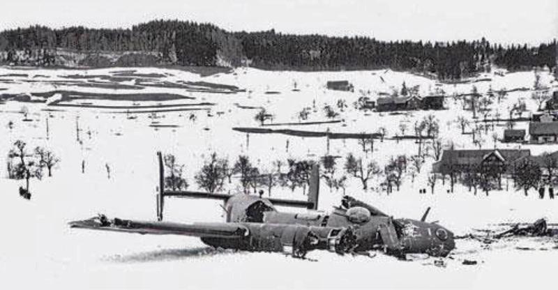 In mehrere Stücke zerbrochen blieb die B-24 im Schnee bei Dietschwil liegen. (135_1)
