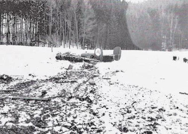 Nur noch die Hecksektion blieb einigermassen ganz, als der führerlose Bomber bei Dietschwil auf dem Bauch landete. (135_2)