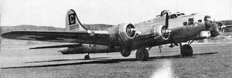 Mit stehendem Motor Nummer 3 rollt der Pilot William C. Potter die B-17 um 13.55 Uhr von der Piste in Dübendorf. (244_2)