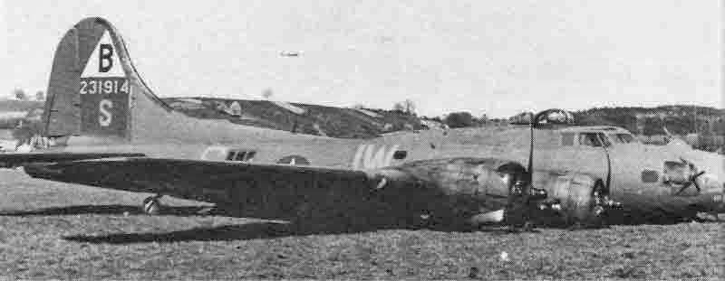 Der Kinn- und der Kugeldrehturm wurden bei der Landung zerstört, als Rosenberg das Fahrwerk einzog, damit die Maschine nicht die Piste überrollte. (267_1)