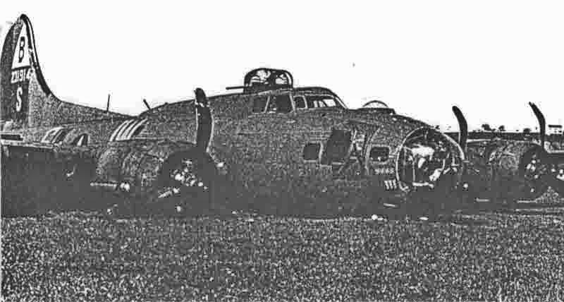 Diese B-17 befand sich auf dem vierten Einsatz, wie an den Bombensymbolen hinter der Bugschützenkanzel zu sehen ist. (267_2)