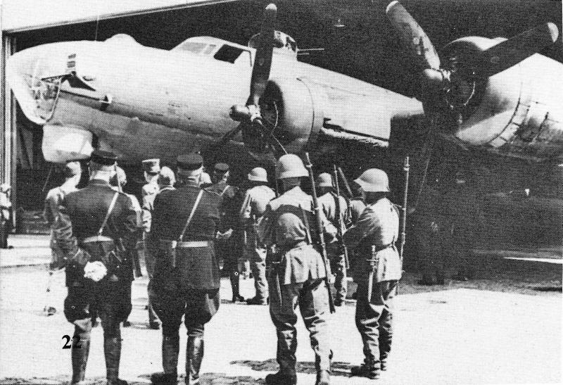 Das Schweizer Militär inspiziert die B-17 von Genf. (253_1)