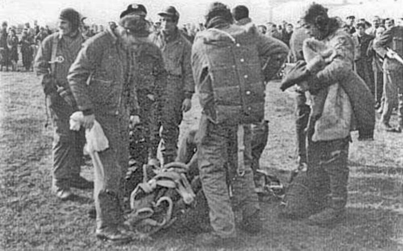 Die Crew wartet auf den Transport ihres verletzten Kollegen Roy Hommer ins Spital Rorschach. (259_1)