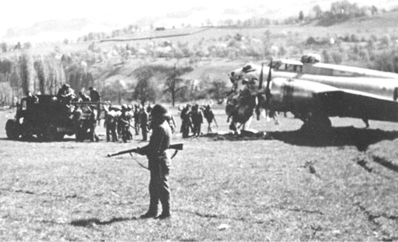 Nachdem die Maschine bereits über Deutschland schwer beschädigt wurde, musste bei der Landung auch noch die Nase dran glauben. (259_2)
