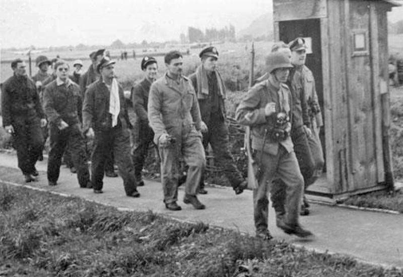 Die Crew wird von Schweizer Soldaten zu den Gebäuden des Flugplatzes Altenrhein geleitet. (259_3)