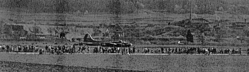 Für die Bevölkerung war der Bomber einen Ausflug wert. (263_1)