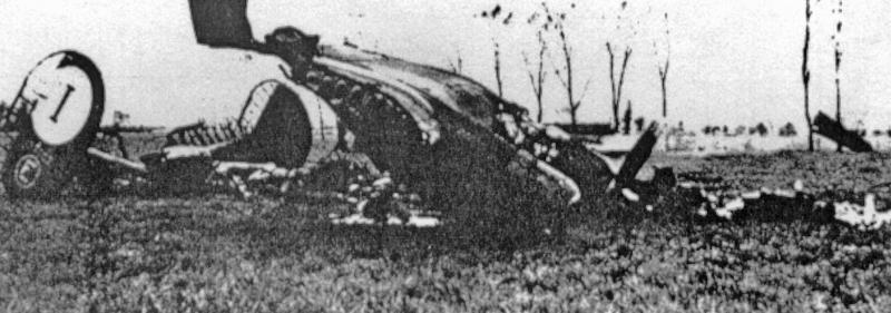 1Lt Henry Schroeders Liberator brannte nach der Landung in Payerne vollständig aus. (143_1)