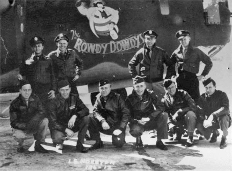 Stehend von links: 2nd Lt Morris (Mike) Sipser - Navigator, 2nd Lt Selman (Sam) Houston - Pilot, Andere Crew Mitglieder: 2nd L. Wesley Urquhart - Co-Pilot, 2nd LT William Chatham - Bombardier, Sgt Albert V. Latimer - Engineer, Sgt William L. Haley - Radio Operator, Sgt Benjamin H. Roderique - Ball Turret,  S/Sgt Donald A. Durant - Gunner, S/Sgt Howard A. Dowse - Gunner, Sgt George K. Monroe - Tail Gunner (145_2)