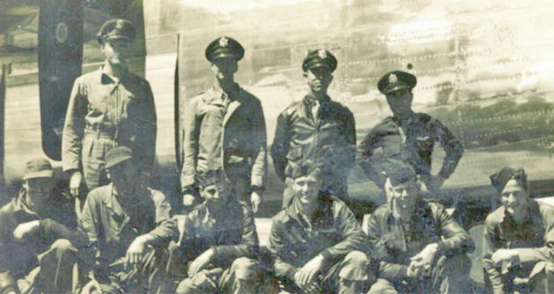 Obere Reihe von links: Pilot: 1st Lt Robert P. Daly, Copilot: 2nd Lt James S. Brown, Bombardier: 2nd Lt Cecil L. Richmond, Navigator:2nd Lt Ray F. Sizemore, untere Reihe: Ball Turret: Sgt Harry J. Siemens, unbekannter Mechaniker, Radio: S/Sgt Charles R. Joeckel, Nose Gunner: Sgt Francis J. Williams, Waist Gunner: Sgt Charles G. Horton, Engineer: S/Sgt John W. Hallenback, Tail Gunner: Sgt Clarence E. Ballew ist nicht auf dem Foto. (150_2)