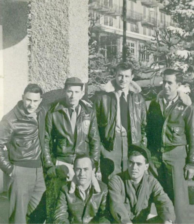 Die Crew von John C. Tracy in der Schweiz interniert. Hintere Reihe: Tail Gunner: S/Sgt Robert G. Atchison, Left Waist: S/Sgt Frank W. Webb, Right Waist: S/Sgt Joyce K. Freeman, Radio: T/Sgt Archie A. McIntyree, Vordere Reihe: Engineer: T/Sgt Clyde S. Hatley, Ball Turret: S/Sgt Jack F. McKeever, nicht auf dem Foto sind: Pilot: 2nd Lt John C. Tracy Jr., Copilot: 2nd Lt Thomas A. Leggett, Navigator/Bombardier: 2nd Lt Walter E. Wutkiewicz. (153_3)
