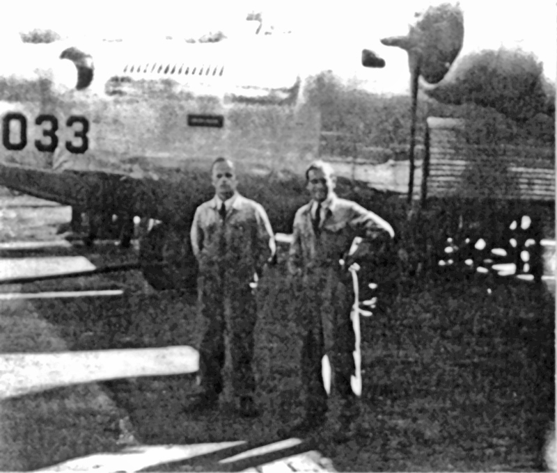 Rechts Copilot Wachtmeister Schraner, links der Pilot Oberst Högger. Im Hintergrund die 42-95033. (155_3)