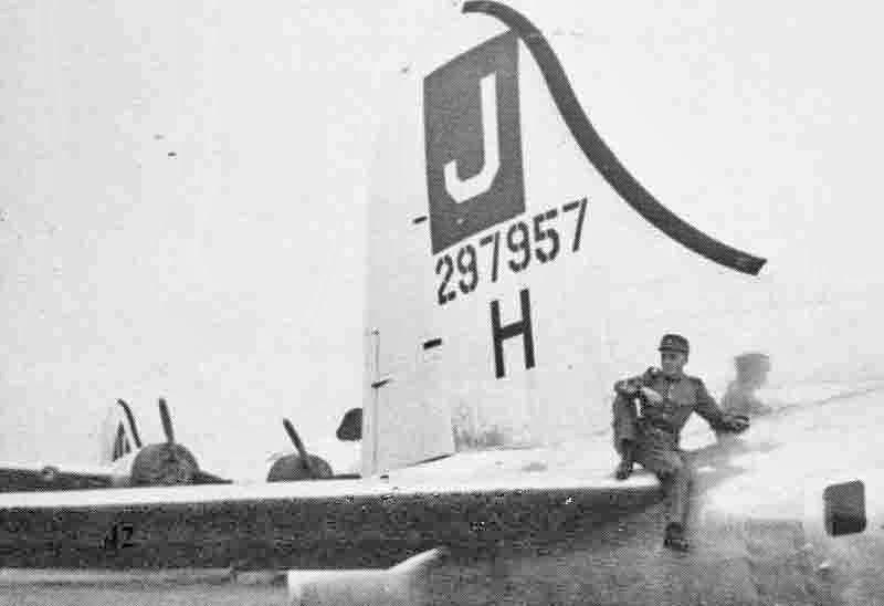 Ein Schweizer Korporal verbringt seine Pause auf dem Höhensteuer der B-17. (276_2)
