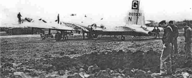 Am 22. Mai bombardierte eine Ju 88 der Luftwaffe die Basis Great Ashfield. Eine kleine Bombe explodierte ganz in der Nähe der B-17 von Robert Turner. (278_1)