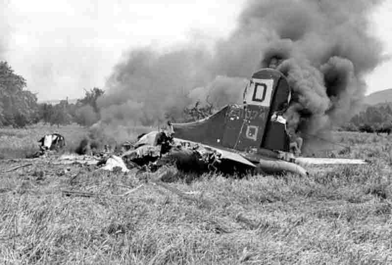 Nachdem die Maschine einen Bunker gerammt hatte, überquerte sie eine Bahnlinie, zerschnitt eine Hochspannungsleitung und geriet in Brand. (279_2)