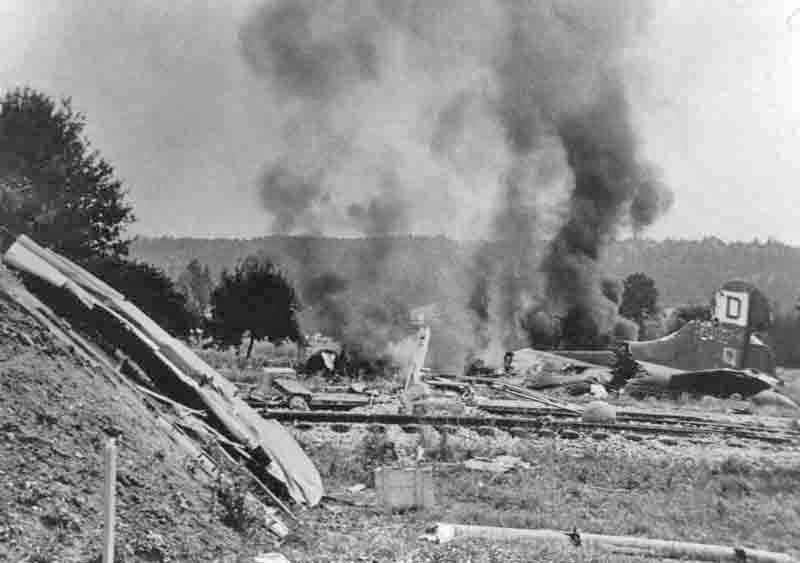 Trotzdem die Maschine vollständig ausbrannte, konnte sich die Besatzung retten. (280_1)