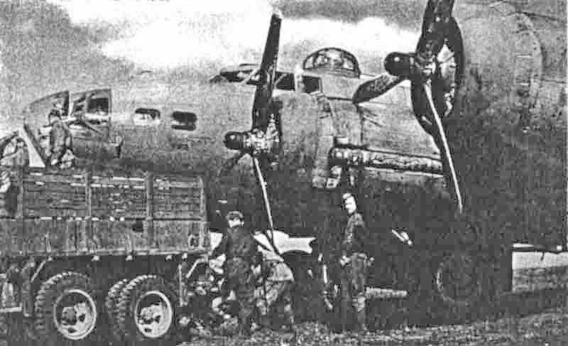 Auf der ukrainischen Basis Poltawa wird die 31889 von Soldaten der Roten Armee mit Bomben beladen. Kurz darauf musste der Bomber in Dübendorf eine Notlandung ausführen. (282_3)