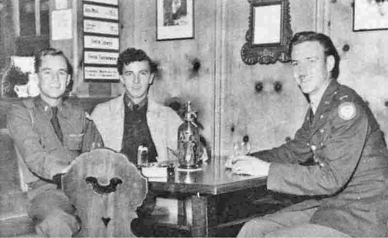 Die Offiziere im Davoser Hof Pub. Von links nach rechts: Copilot 2nd Lt John Sykes, Navigator 2nd Lt Kenneth N. Bolz, der schweizerdeutsch sprach und Pilot 1st Lt Cyril Braund. (284_1)