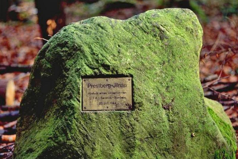 """An der Absturzstelle wurde später ein Findling aus Weisslingen mit der folgenden Aufschrift gesetzt: Prestberg-Illnau. Absturz eines unbemannten USA """"Liberator""""-Bombers. 20. Juli 1944. (167_2)"""