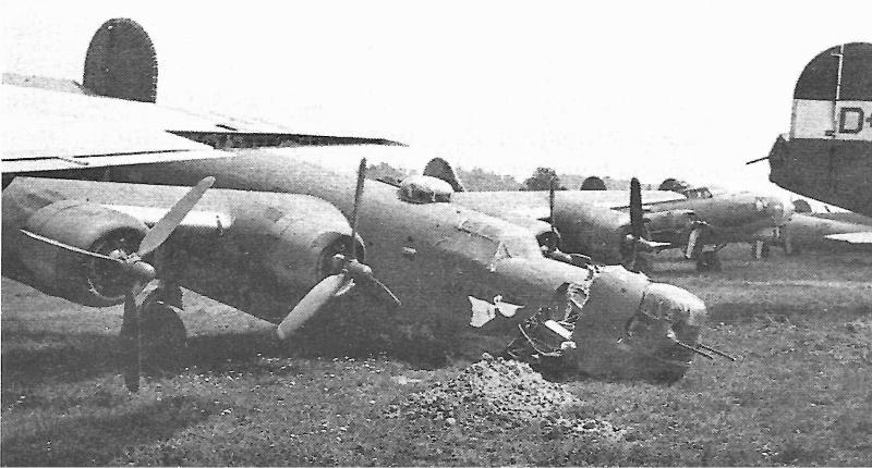 """""""Pete the Pelican"""" war die einzige Liberator der 3rd Air Division innerhalb der 8th Air Force, welche in der Schweiz Zuflucht suchte. Alle anderen Maschinen unterstanden der 2nd Air Division. Bei der harten Landung in Dübendorf knickte der gesamte Bug weg. (171_1)"""