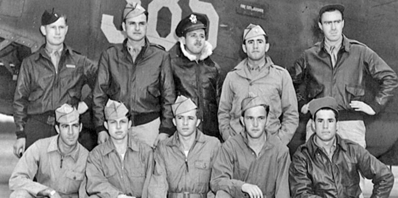 Hinten von links: Pilot - 2nd Lt William M. Walker, Copilot - 2nd Lt  Robert L. Clark, III, Navigator - F/O Leonard S. Savitski, Bombardier - Edward Triglia (auf dem Flug in die Schweiz nicht dabei), Engineer - S/Sgt James P. Gilligan, Vorne von links: Waist - Sgt Robert S. Saroney, Radio - T/Sgt Edward W. Halliburton, Ball Turret -  Sgt  Charles R. Petrie, Waist - Sgt William M. Hancock, Jr., Tail Gunner - Sgt Ralph O. Williams (172_3)