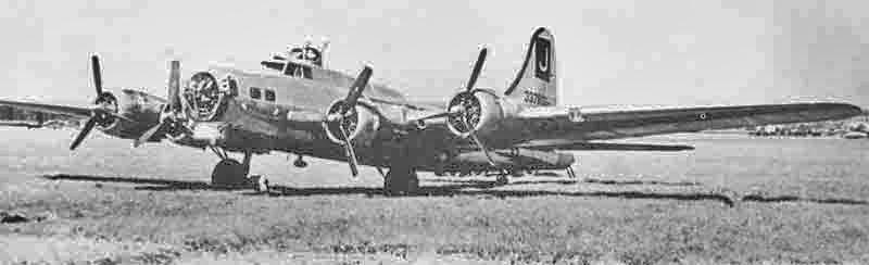 Der schwer angeschlagene Bomber konnte sich nur mit den beiden Innenmotoren in die Schweiz retten. Kurz nach der Landung stehen noch beide äusseren Propeller in Segelstellung. (292_2)