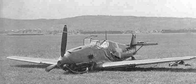Trotz seinen Verletzungen konnte Oberleutnant Heiniger die beschädigte Maschine in Dübendorf landen. (294_1)