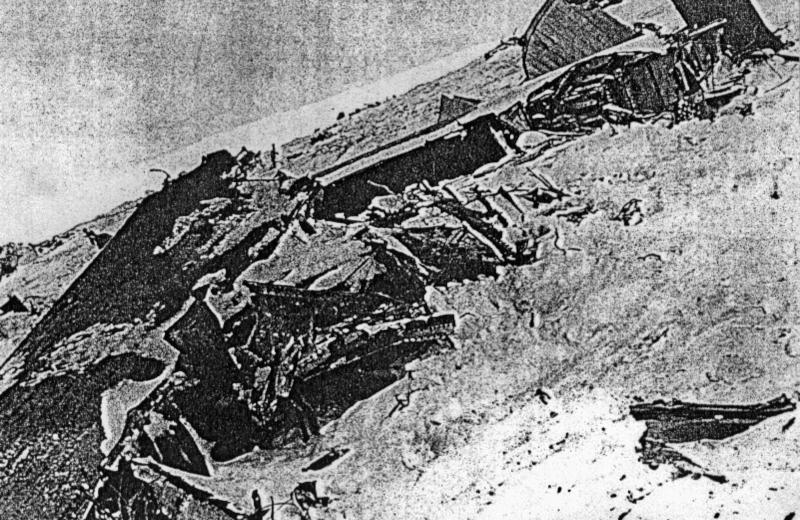 Die unkenntlichen Teile hatten sich im weiten Umkreis in den Schnee gegraben. (186_1)