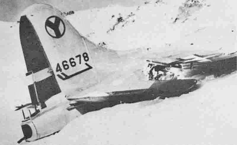 Während die Besatzung über der schweizerisch-österreichischen Grenze die B-17 verliess, stürzte die Maschine beim Piz Plazer ab. (299_1)