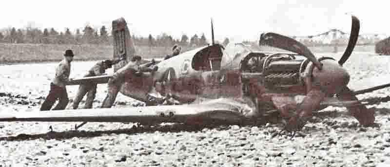 Die beschädigte Mustang wurde ans liechtensteinische Ufer geschleppt, demontiert und nach Dübendorf überführt. (376_1)