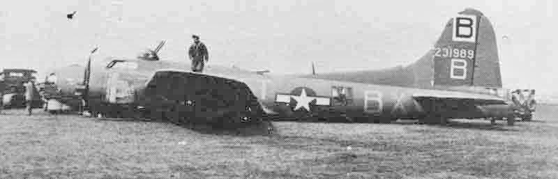 Die 31989 musste bereits am 1. April 1944 in Honington eine Bauchlandung ausführen. Am 19. Mai kehrte der Bomber zu seiner Gruppe zurück, bis er in der Schweiz ganz alleine auf dem Bauch landete. (300_3)