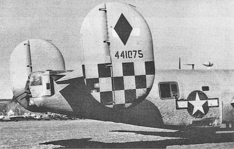 Das schwarz-gelbe Schachbrettmuster und der schwarze Rhombus waren die Kennzeichen der 459th Bomb Group. Auf dem Seitenruder sind drei Flickstellen von Beschädigungen aus vorhergehenden Einsätzen zu erkennen. (261)